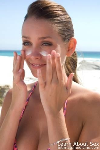 Crema de fata, combinata cu statul la soare, poate provoca acnee!