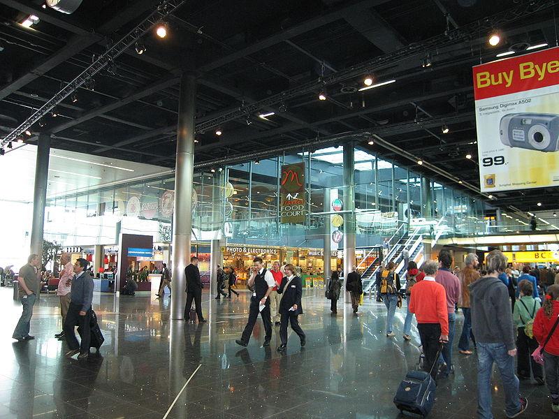 Perchezitii duse la extrem pe aeroport! Bolnav de cancer, murdarit cu urina