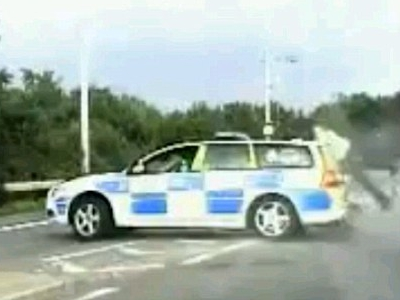 Politistul Robocop. A fost aruncat in aer de o masina furata, dar nu s-a dat batut. VIDEO