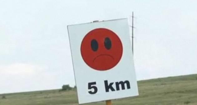 Messenger pe sosea. Indicatoare rutiere cu personalitate pentru starea drumului, in Sibiu