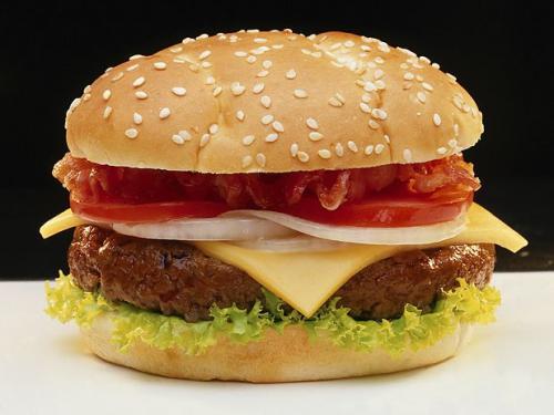 Ofiterii fortati sa manance 15 hamburgeri, la o masa. Ce decizie a luat sergentul lor