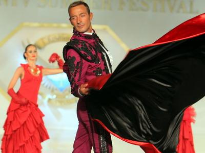 GALERIE FOTO. Va place? El e Radu Mazare, primarul Constantei, imbracat in costum mov de toreador