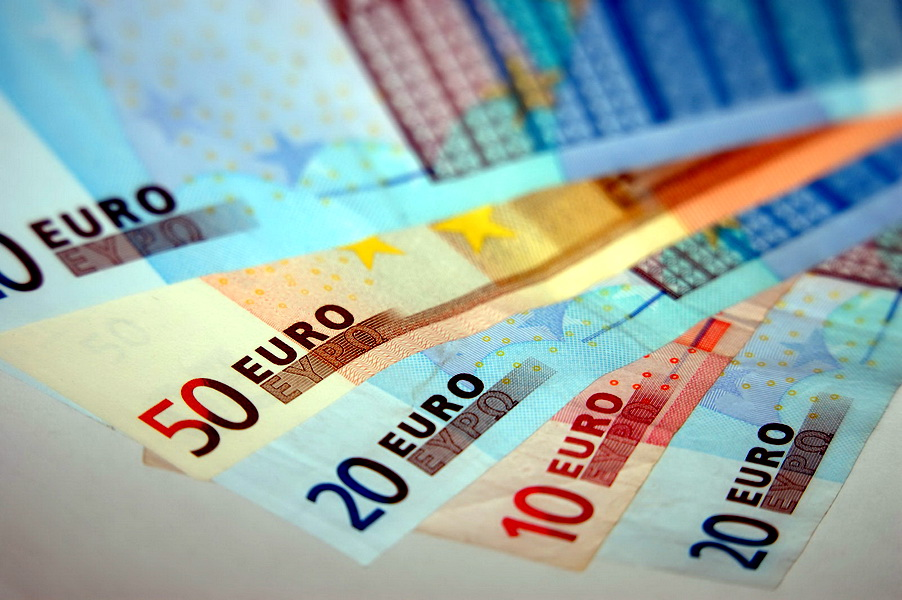La loc comanda: BCE reduce dobanda de politica monetara dupa ce Trichet a crescut-o contra inflatiei