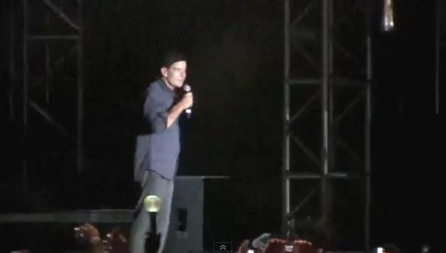 Umilitor. Charlie Sheen, huiduit si improscat cu gunoaie in timpul unui show. VIDEO