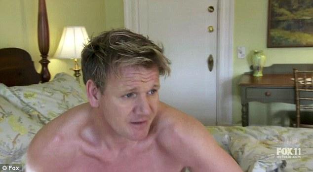 Gordon Ramsay, marele rival al lui Jamie Oliver, a fost filmat in timp ce se dezbraca