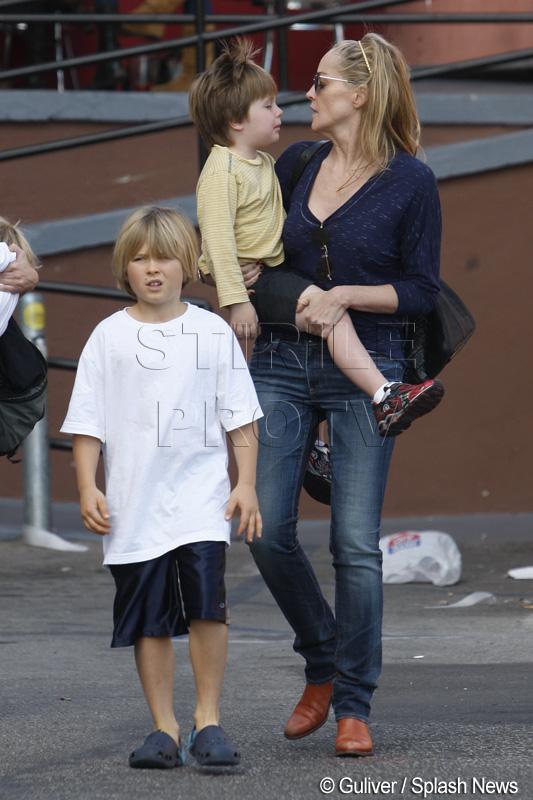 Un roman are numarul lui Sharon Stone in agenda. Fiul ei si-a pierdut telefonul in Otopeni