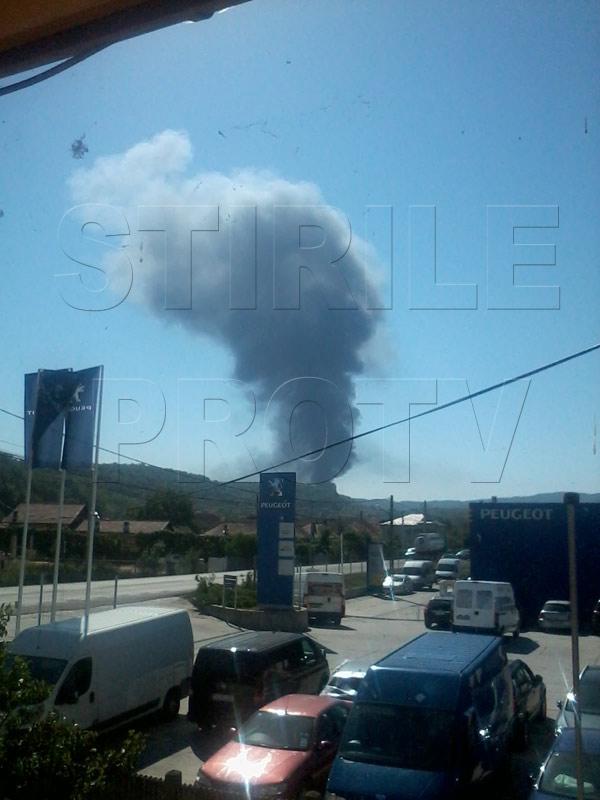 Incendiu urmat de o explozie la un depozit de diluant din Ramnicu Valcea. Mai multi oameni raniti