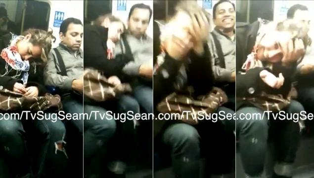 Tanara care a adormit la metrou si a cucerit internetul cand si-a imbratisat colegul de scaun. VIDEO