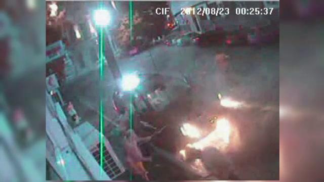 Imagini camera de supraveghere: un barbat necunoscut da foc unei limuzine de zeci de mii de euro