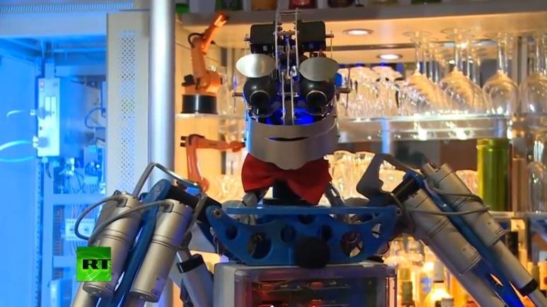Carl, robotelul barman care isi serveste impecabil clientii intr-un local din Germania