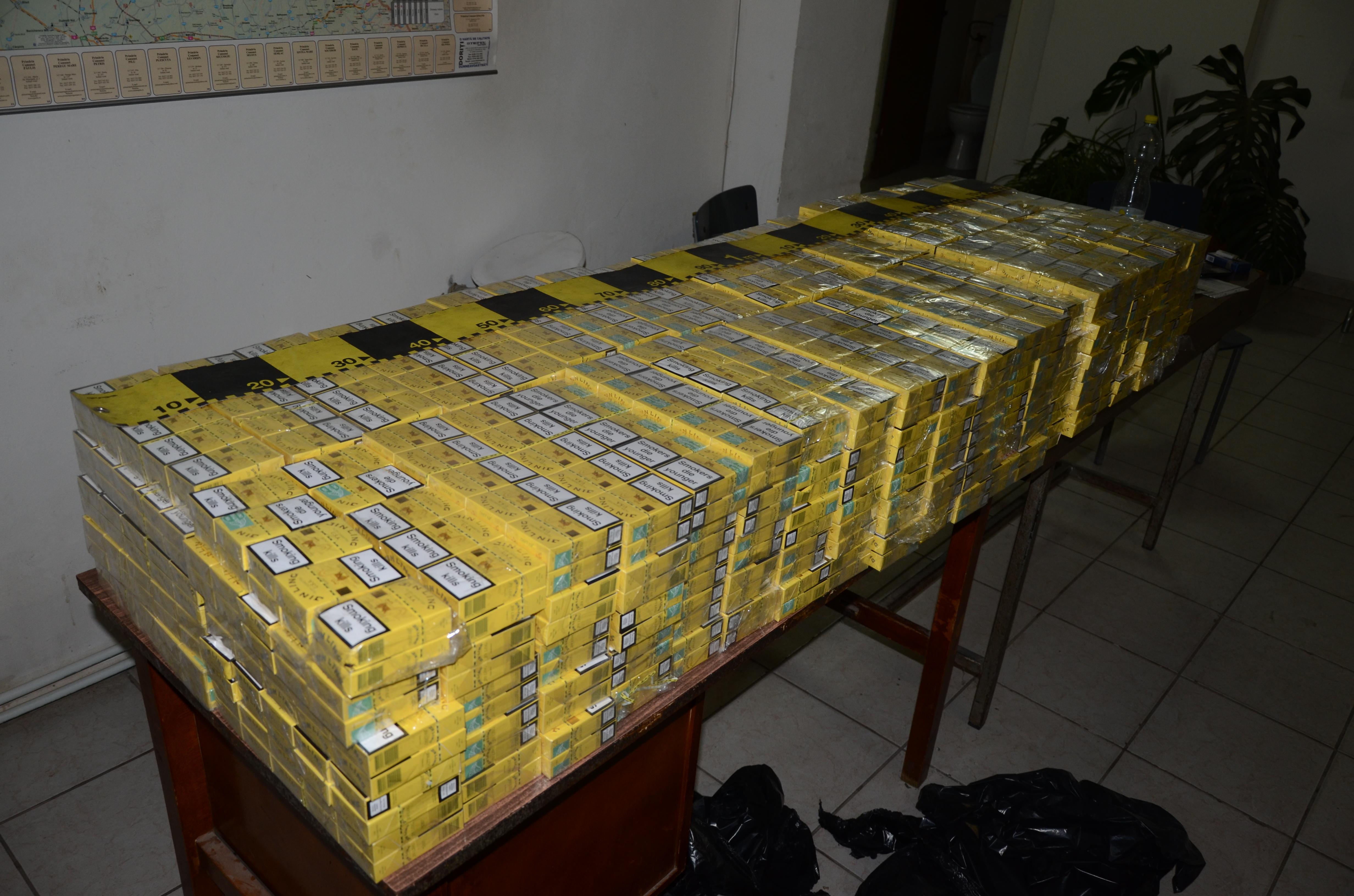 Prins de politisti cu peste 2.500 de pachete de tigari de contrabanda