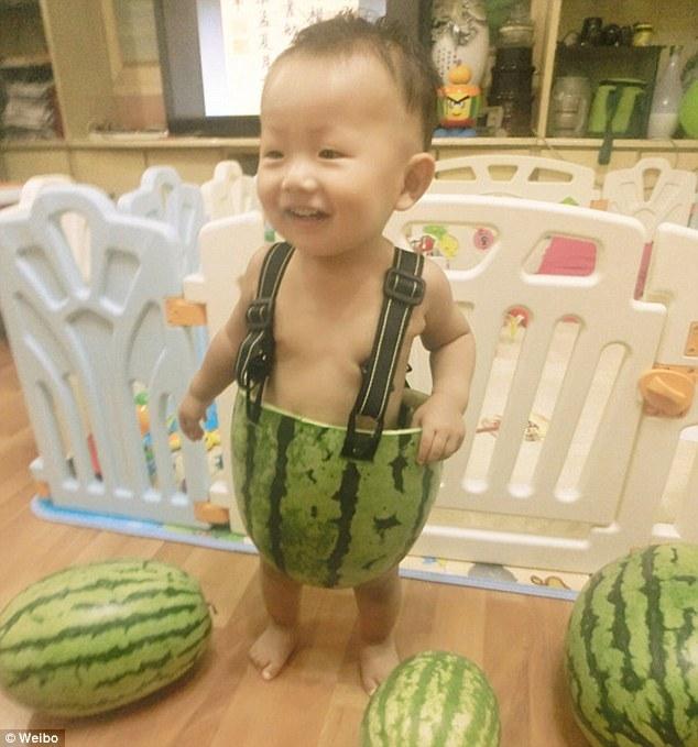 Si-a imbracat copilul intr-un pepene. Solutia unui barbat din China impotriva caniculei