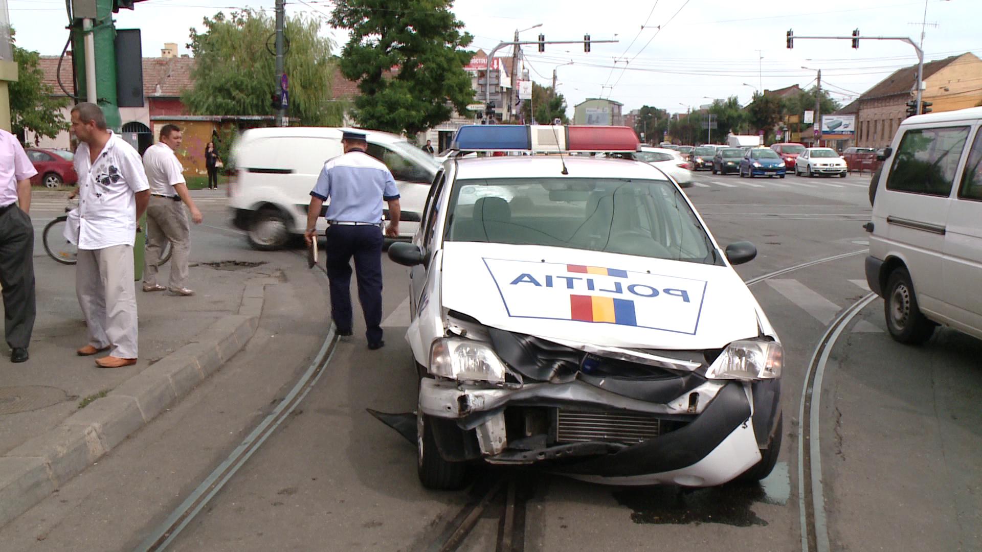 O masina de politie care ducea un suspect de furt la Parchet a fost izbita de un BMW, la Timisoara