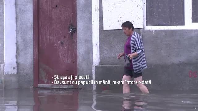 Haos in Galati dupa o ploaie torentiala. Cum a ajuns apa pana in dreptul scarilor de la spital