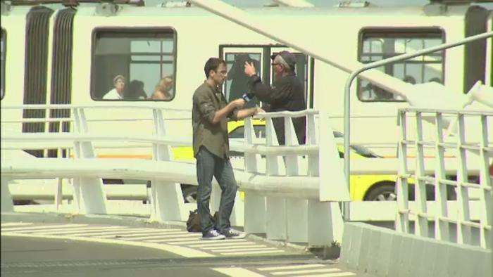 Un barbat a amenintat ca se va arunca de pe Podul Basarab. Cum a incercat reporterul PROTV Daniel Nitoiu sa-l salveze