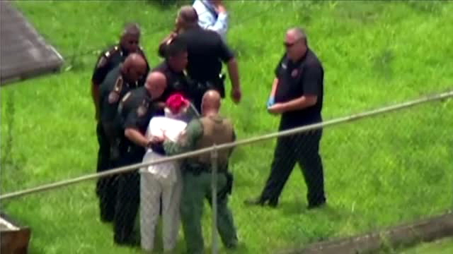 O batrana de 90 de ani a tinut la respect o echipa speciala a politiei din Texas. Femeia era inarmata cu o pusca
