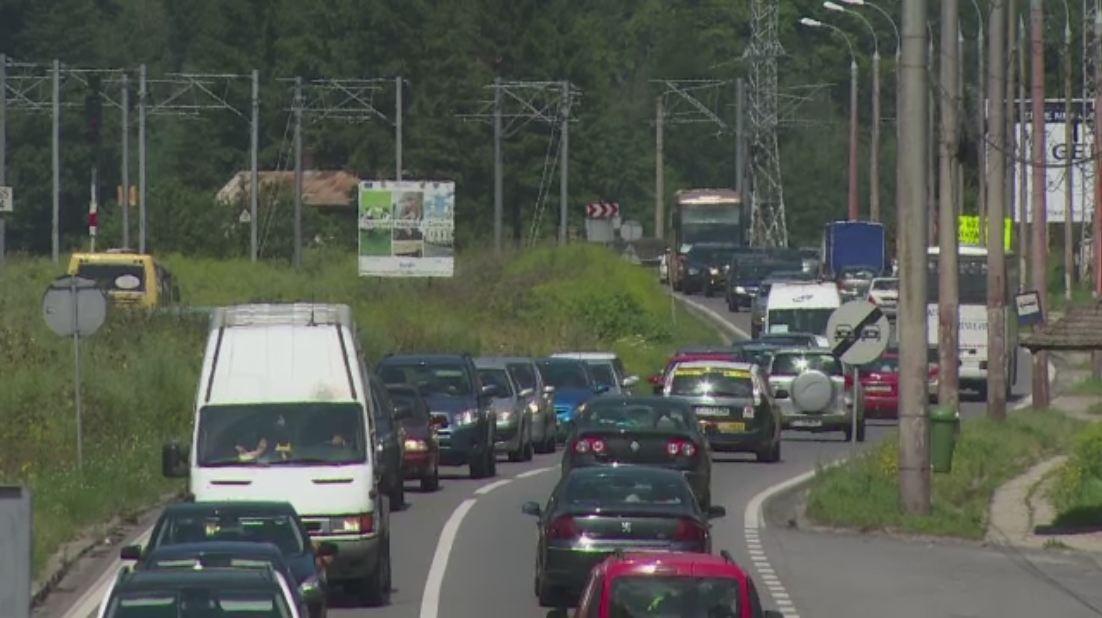 Cel mai aglomerat weekend din aceasta vara pe Valea Prahovei. 12.000 de masini, intr-un ambuteiaj record de 35 km, pe DN1