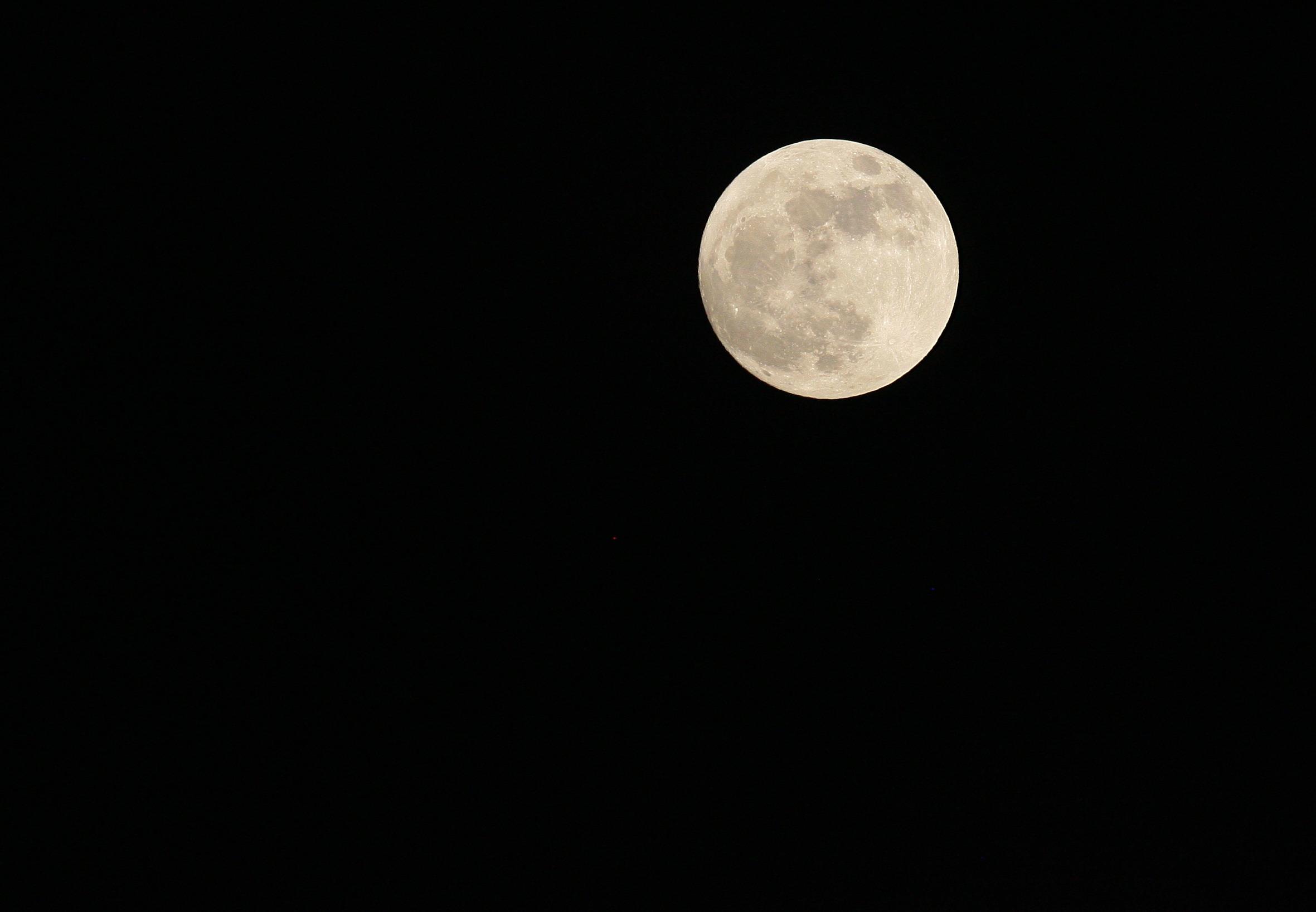 SUPER LUNA, vizibila duminica noaptea in Romania. Care e punctul maxim de activitate al fenomenului astronomic