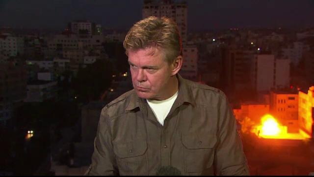 Corespondent CNN luat prin surprindere de bombardamente, in Gaza. Ce reactie a avut cand o cladire a fost aruncata in aer