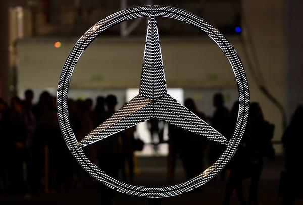 Tanara din Rusia care si-a acoperit Mercedes-ul cu 1 milion de cristale Swarovski. Ce numar de inmatriculare a ales