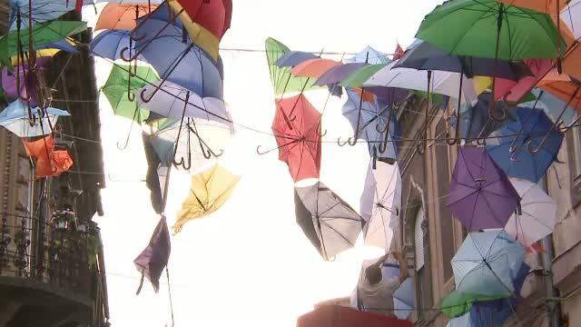 Perdeaua de umbrele colorate instalata in Arad, distrusa de vantul puternic. Primaria s-a miscat rapid si a