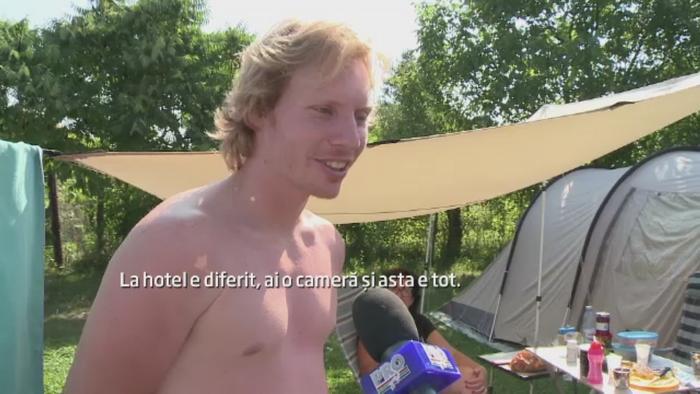 Turistii care n-au mai gasit camere libere pot alege cazarea in cort sau in rulota. Care sunt avantajele si preturile
