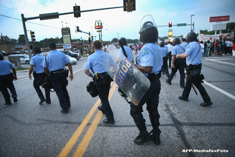 Stare de asediu in SUA! Autoritatile sunt in alerta maxima in orasul in care a fost ucis tanarul de culoare Michael Brown