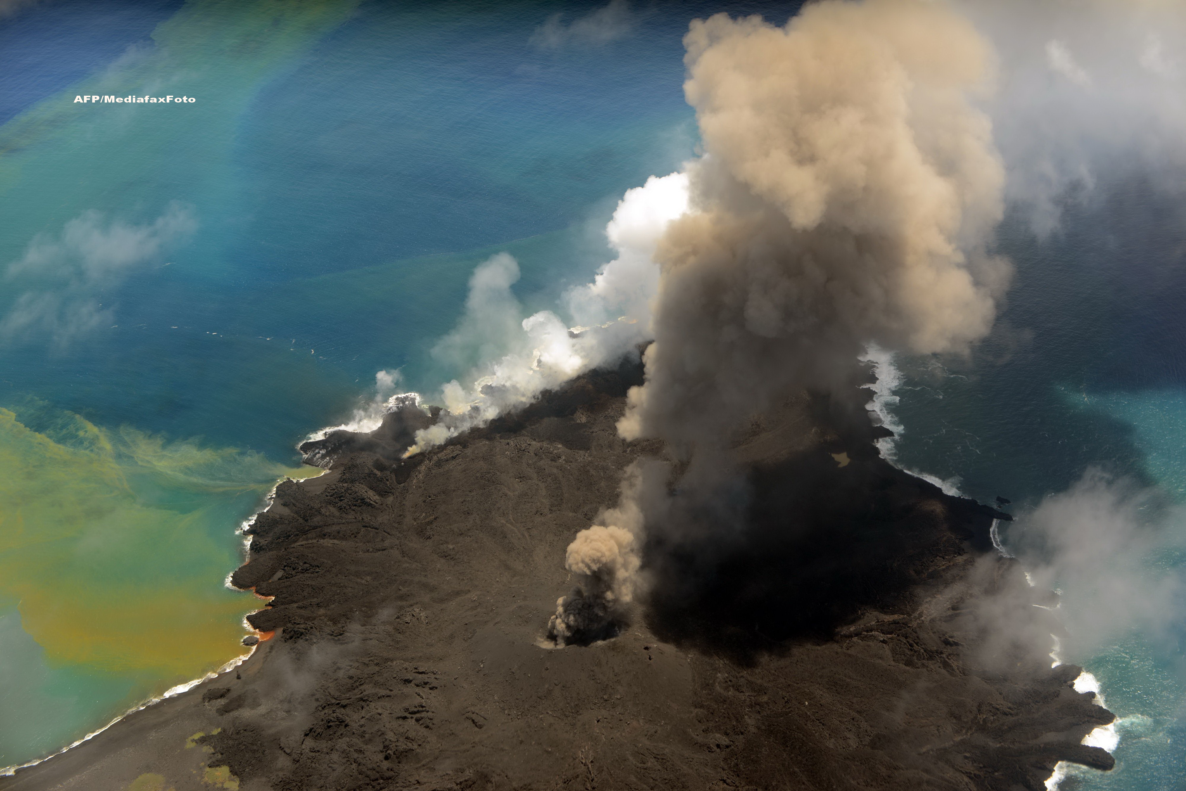Alerta de tsunami in Japonia. Lava unei insule vulcanice, aflata in eruptie, ar putea provoca o tragedie. GALERIE FOTO