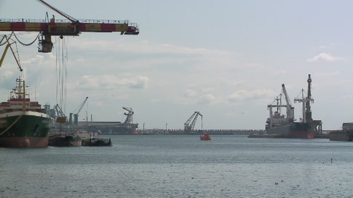 Moarte violenta pentru un marinar din Portul Constanta. Barbatul a cazut in apa si a fost strivit intre doua nave