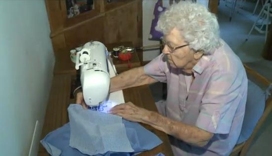 O femeie in varsta de 99 de ani confectioneaza, in fiecare zi, rochii pentru fetitele nevoiase