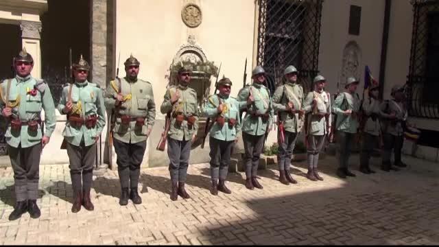 Soldati in uniforme de epoca au facut demonstratii de lupta in fata castelului Peles