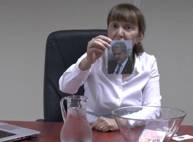 Monica Macovei si-a facut propriul Ice Bucket Challenge: a turnat apa cu gheata peste pozele lui Voiculescu, Nastase si Vintu