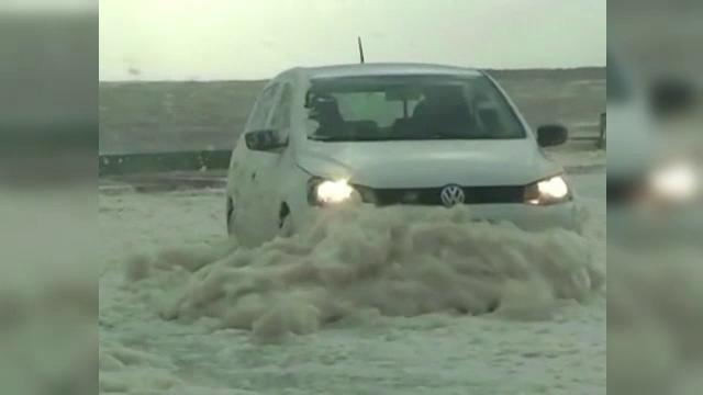 Fenomen spectaculos in Uruguay. Spuma de mare adusa din larg de vantul puternic a acoperit un oras