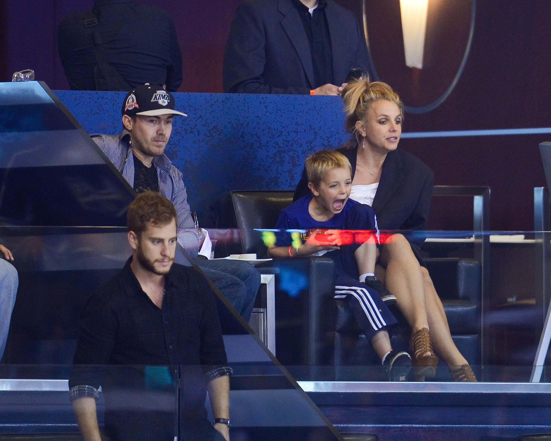 Britney Spears nu se mai poate vedea cu fostul ei iubit. Tatal vedetei a luat decizia dupa ce a vazut niste poze pe internet