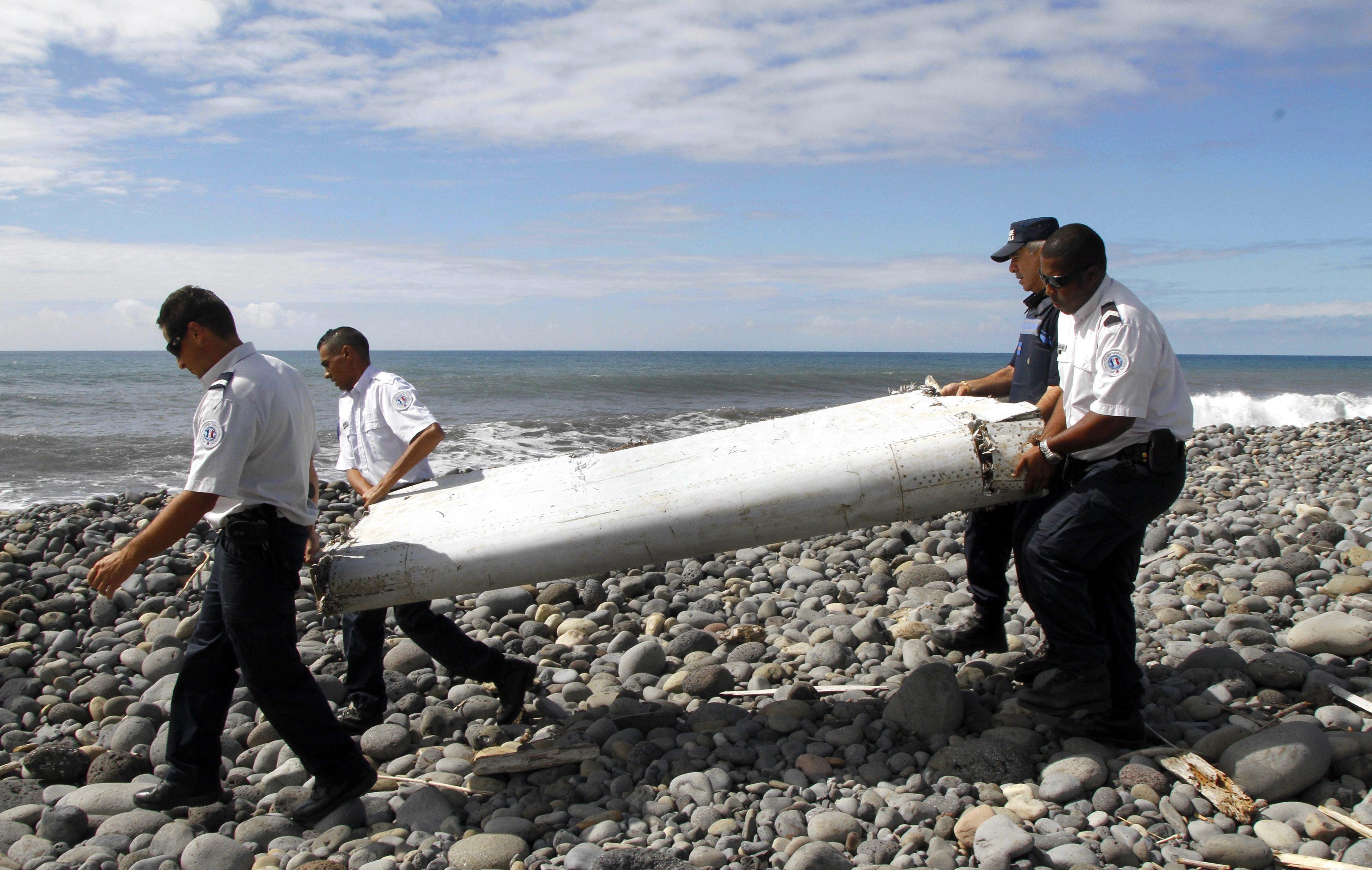 Posibil fragment al zborului MH370, al Malaysia Airlines, disparut acum doi ani, descoperit pe o insula in Oceanul Indian