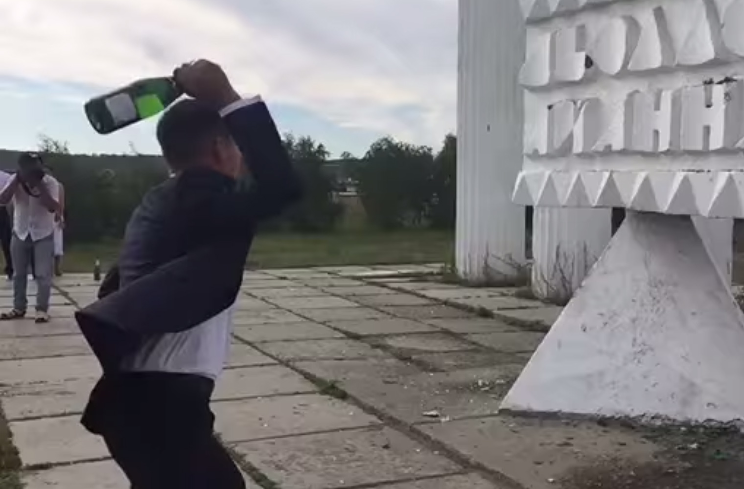 Ce a patit un barbat dupa ce a aruncat o sticla de sampanie intr-un zid. Nu se astepta in nicio secunda sa se intample asta