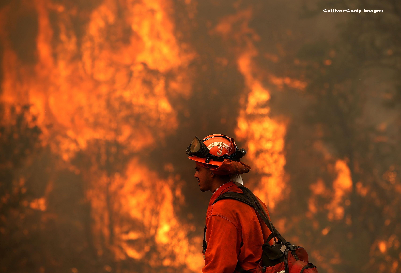 California se lupta cu zeci de incendii, provocate de trasnete. S-a decretat stare de urgenta si s-a convocat Garda Nationala