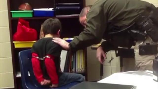 Copil de 8 ani INCATUSAT de un politist pentru ca nu a stat linistit la ore. Ce au descoperit parintii dupa ce l-au reclamat