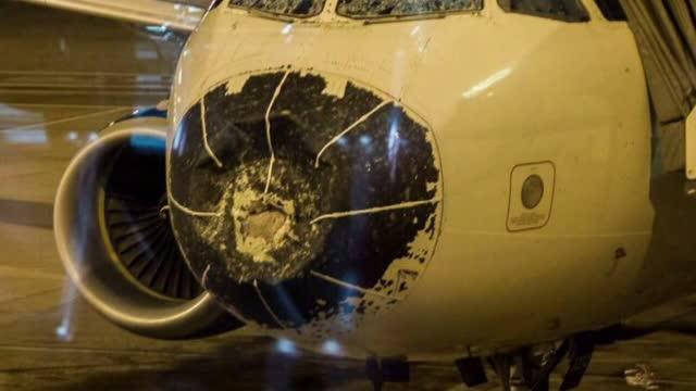 Aterizare de urgenta in Denver, dupa ce un avion cu pasageri a fost avariat grav de grindina