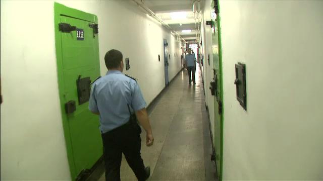 O zi din viata unui gardian la penitenciar. Are ture de 16 ore, este agresat frecvent si pazeste 100 de detinuti