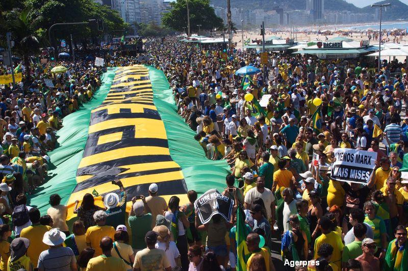 Sute de mii de brazilieni au cerut in strada demisia presedintelui. Scandalul urias in care e implicata Dilma Rousseff
