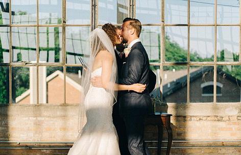 Moment comic la o nunta, surprins de fotograf. O domnisoara de onoare a lesinat exact in momentul in care mirii se sarutau
