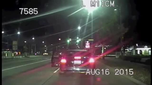 Trei politisti din Seattle au oprit o masina pentru viteza mare. Ce s-a intamplat dupa aceea e ca in filme: