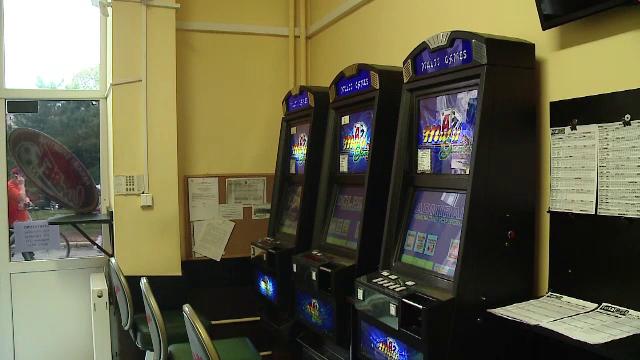 Un barbat din Satu Mare a pierdut banii de concediu la pacanele si a zis ca a fost talharit. Detaliul care l-a dat de gol