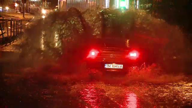 Timisoara s-a trezit sub ape, dupa 2 ore de ploaie torentiala. Unii soferi au facut haz de necaz: