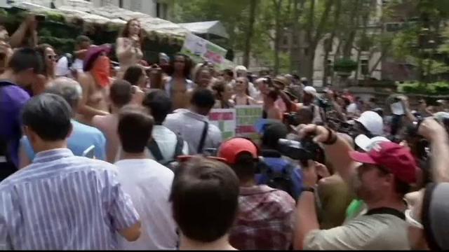 Sute de femei au defilat la New York de Ziua Mondiala Topless. Ce au facut barbatii in acest timp