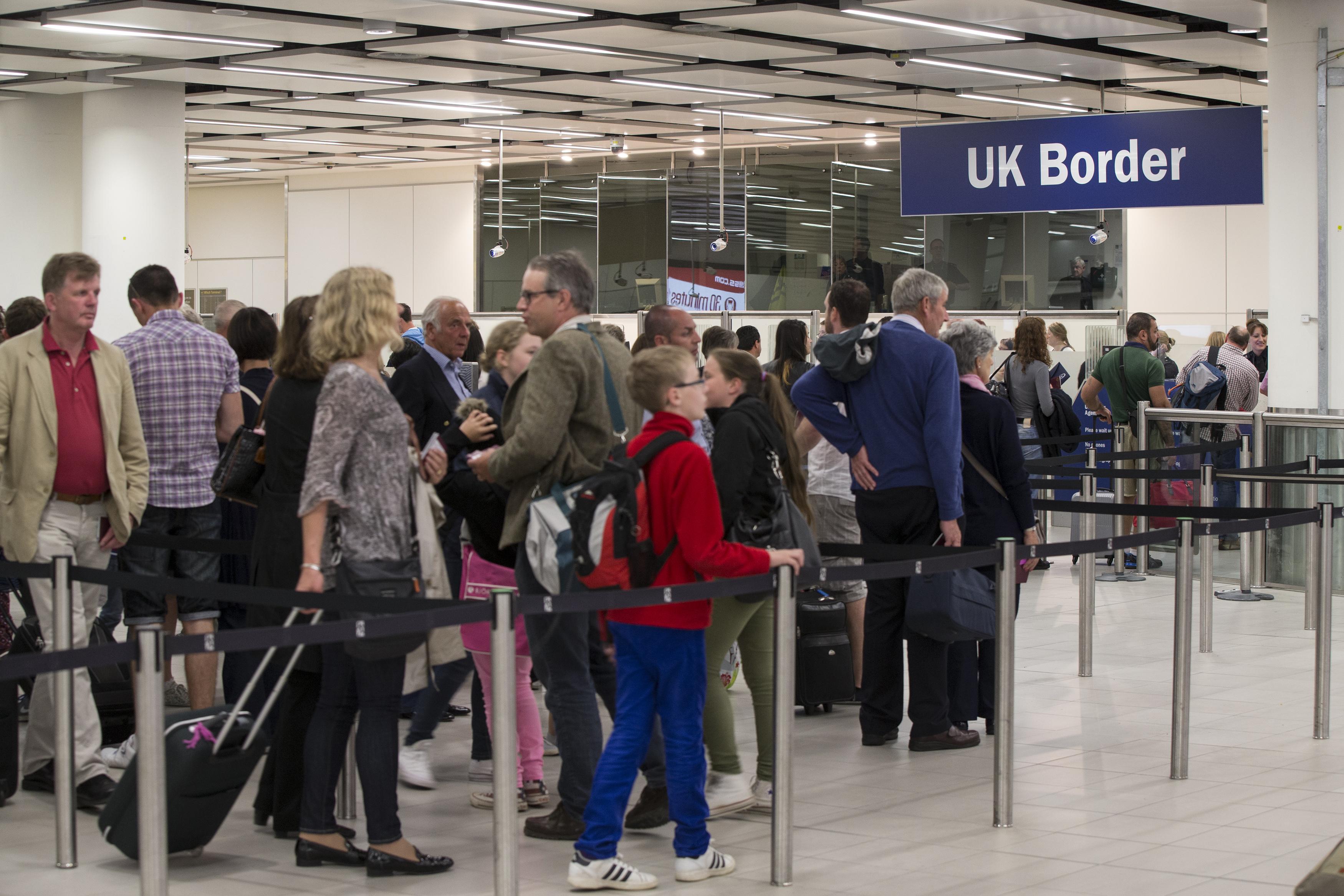 The Telegraph, despre cresterea fulminanta a imigrantilor din Marea Britanie. Numarul romanilor s-a triplat intr-un an