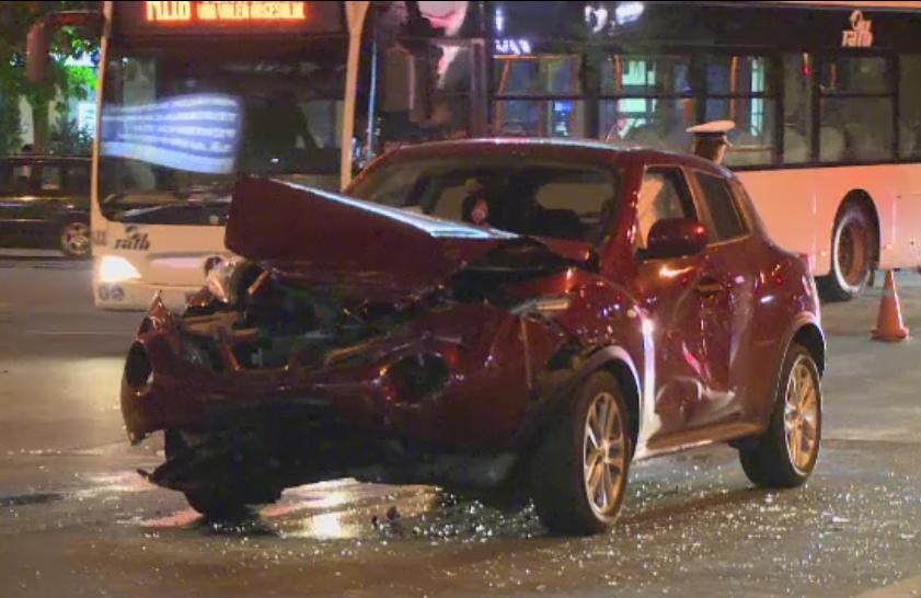 O soferita grabita a provocat un accident in Piata Unirii din Bucuresti. A ranit un taximetrist dupa ce nu i-a dat prioritate