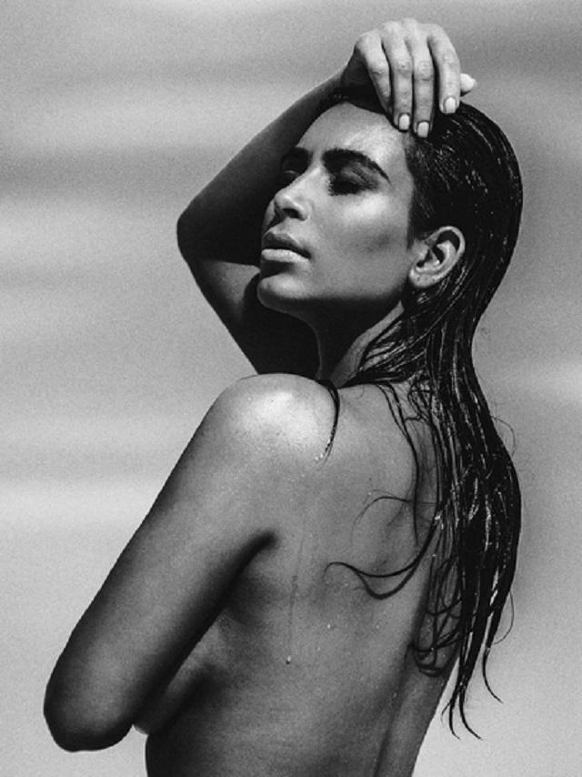 Kim Kardashian s-a fotografiat din nou topless. 700.000 de oameni au apreciat imaginea postata pe Instagram