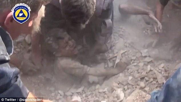 Bombardamente in Siria. Momentul in care un barbat si un baietel sunt scosi in viata de sub daramaturi. VIDEO